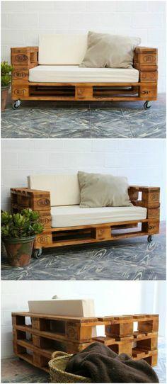 como hacer una mesa con palets, sillón de palets con ruedas, tapizado en blanco, cojín y planta verde