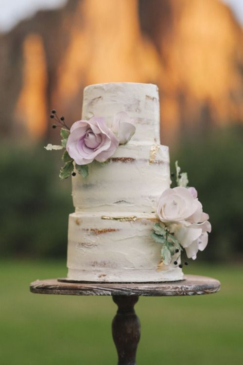Perfect outdoor wedding cake.