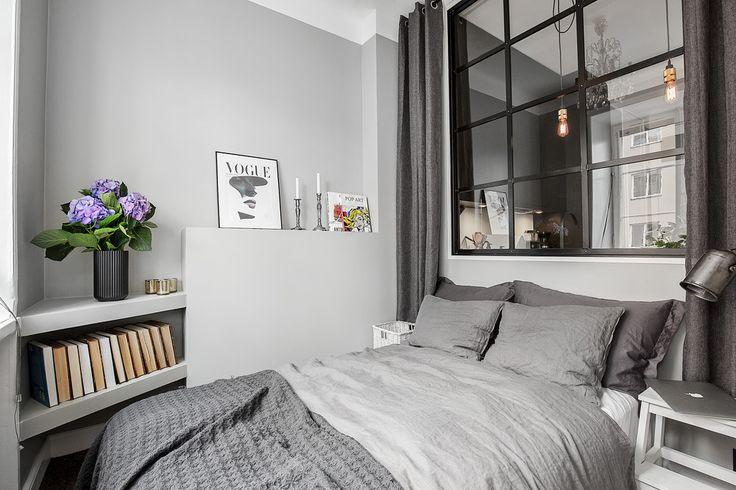 Voici un petit nid qui parait bien douillet…non?Et malgré sa petite superficie, cet appartement a été astucieusement pensé.Comme on peut le voir, son aménagement permet de délimiter 5 zones d'activités dans si peu d'espace.Tout d'abord, une cuisine de taille tout à fait correct baignée par la lumière naturelle de la chambre coucher, grâce à une fenêtre intérieure.Ensuite, on peut distinguer un espace rangements avec des placards intégrées, un coin salon, un coin repas et enfin un petit…