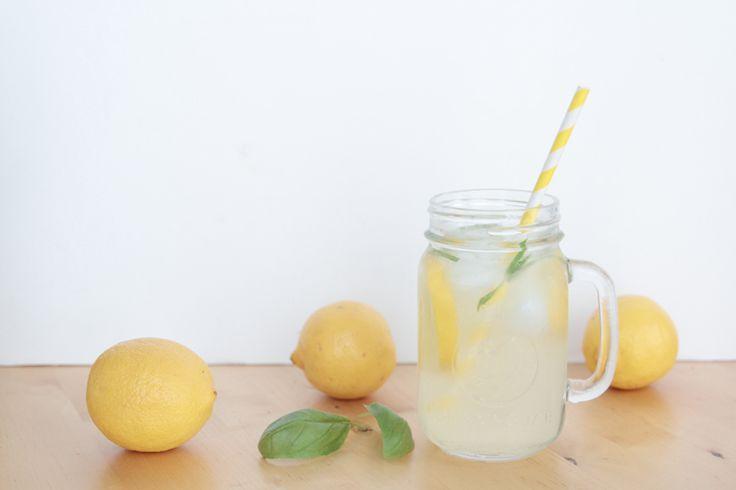 1,5l de citronnade : 130g sucre blanc,  250 ml eaau 250 ml jus de citron 1L eau fraîche 6 feuilles basilic Glaçons  Chauffer 130g sucre + 250 ml eau dans casserole à feu moyen => sucre dissous + liquide sirupeux. Laissez refroidir le sirop. Dans un pichet, versez le jus de citron fraîchement pressé, le litre d'eau fraîche, le sirop, les feuilles de basilic ciselées, les glaçons et éventuellement quelques rondelles de citron pour la déco