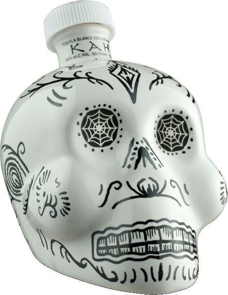 Diesen Kah Blanco Tequila zum Day of the Dead bekommen Sie hier im Spirituosen Superbillig Online Shop. Tag der Toten mit Totenkopfflaschen ist ein weißer Mezca