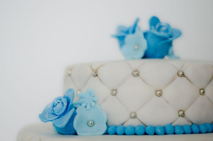 Bruidstaart detail blauwe bloemen