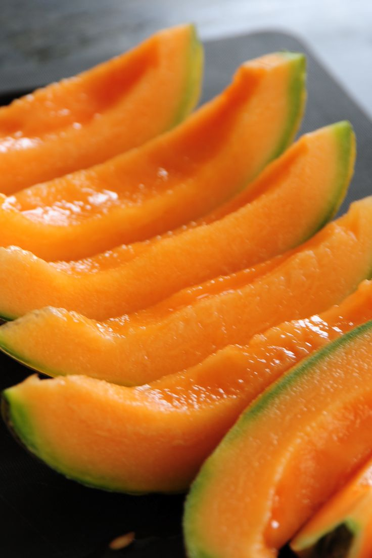 HOW TO FREEZE CANTALOUPE - The faster it freezes is better.  Slice and cut in small pieces, lay out on a cookie sheet and freeze.  Then bag and store up to 3 months.  Tends to be mushy, depending on the freezing process.  If mushy use for smoothies and other drinks, sorbet etc.  Good info on this site.