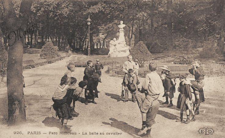 Au parc Monceau vers 1900, des enfants jouent à la balle au cavalier  (Paris 8ème)