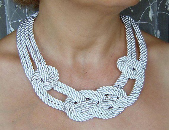 VENTA. Collar nudo marinero blanco. Cuerda de seda.