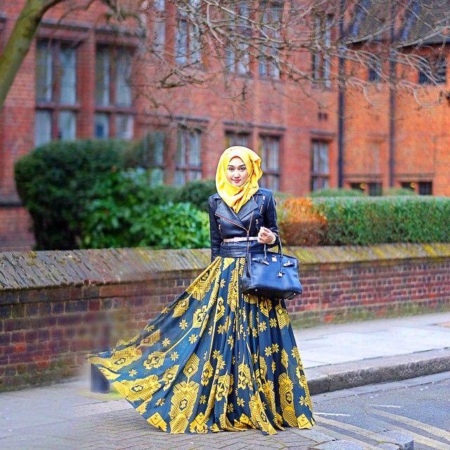 In front of University of The Arts London, London College of Fashion, Lime Grove. •••••••••••••••••• Saya lulusan SMK. Kuliah 1 tahun diploma. Belum pernah kuliah di luar negeri, cuma pernah ambil short course bahasa Arab di Mesir selama 3 bulan. Saya nggak punya gelar apapun dibelakang nama saya. Inilah yang membuat saya kadang kurang percaya diri. Tapi Bapak saya sangat menyuruh saya belajar untuk dari pengalaman. Dulu saya selalu sebel sama bapak saya yang selalu ngatur-ngatur. Sekarang…