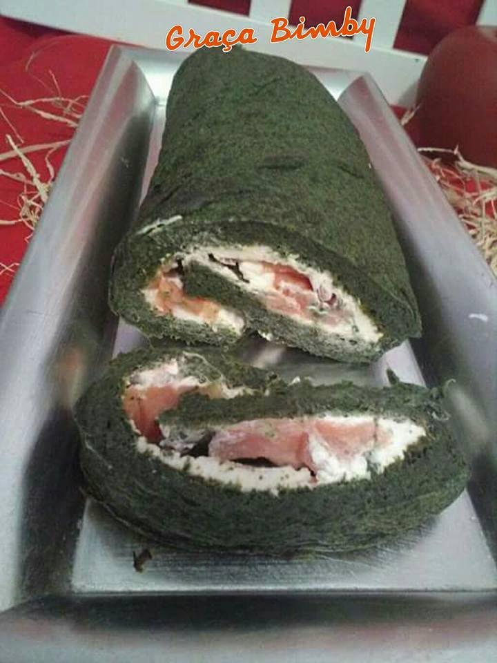 Rolo de espinafres com queijo e salmão fumado