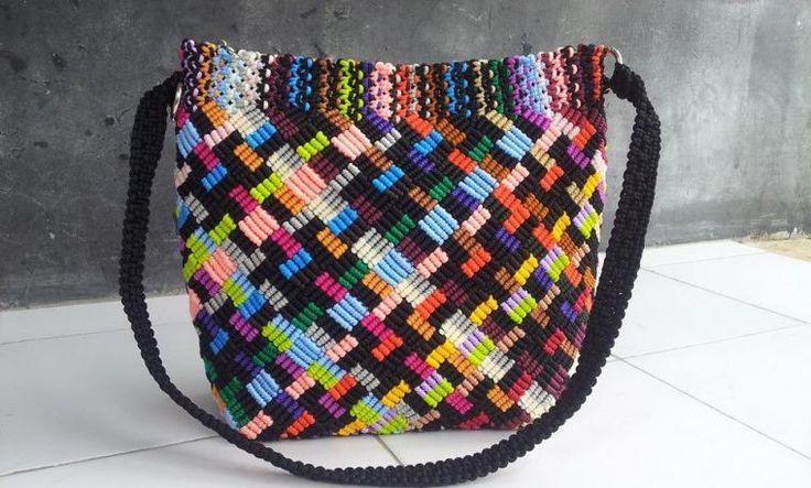 Снова спешу поделиться с вами различными идеями макраме сумок, которые я 'подсмотрела' в интернете у мастеров разных стран. Здесь представлены модели из России, Таиланда, Индонезии, Аргентины, Испании, Италии, США, Японии и Франции. Это современные сумки. Их дизайн удивляет разнообразием цветов и узоров. Приятного просмотра!