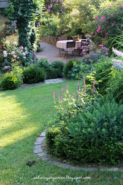 All you need.... - Ein Schweizer Garten Mixed Border , Rosen und Stauden in Hanglage
