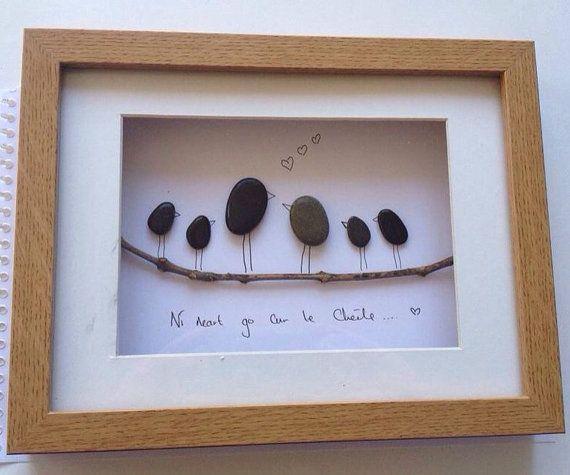 Kieselstein Kunst Bild, handgemacht in Irland... Hergestellt aus Kieselsteinen fand auf der Killiney Strand in Dublin, Irland. Ein tolles Geschenk für Familie für jeden Anlass. Dieses Bild zeigt 2 übergeordnete Vögel und 4 Baby Vögel auf einem Zweig. Seine ist auch Geschlecht Neutral - geeignet für gleichgeschlechtliche Paare.  Während keine zwei Stücke gleich sind, wenn Sie irgendwelche der Stücke mögen, die Sie sehen, kann ich die Stücke in einem ähnlichen Stil erstellen. Alle Bilder…