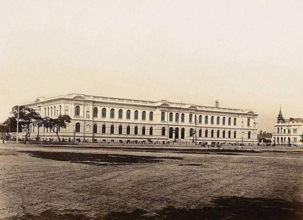 1894 São Paulo Praça da República  vista a partir das imediações da Rua Barão de Itapetininga em direção à Rua Marquês de Itu. No plano médio, o prédio da Escola Normal, inaugurado em 1894. / Guilherme Gaensly/Estadão