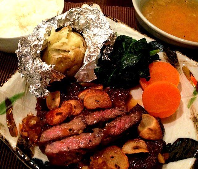 夕方にスーパーに行ったらお肉が割引になっていたので、今日は奮発しちゃいました(^_^)ステーキソースは、玉ねぎ、ニンニク、白ワインビネガー、醤油を煮詰めて作ります。息子には焼肉用で。最高でした〜(^_^) - 20件のもぐもぐ - ステーキ(付け合わせはじゃがバター、ほうれんそう、ニンジンのグラッセ)、コンソメスープ、ごはん by gohandaisuki