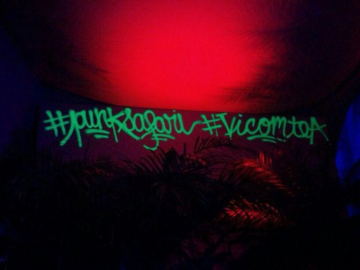 Soirée Punk Safari - Mur taggué d'écritures fluorescentes