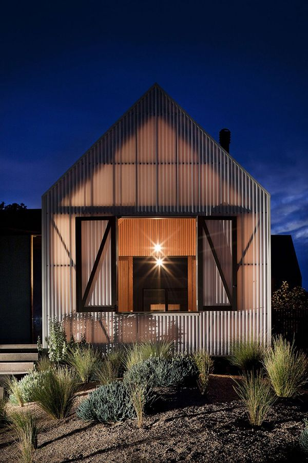 Seaview House is a project that mixes the rural scent with the tranquility of a place that brings the sea a little bit closer to the inhabitable place. The exquisite home, located in Barwon Heads, Australia, has been designed by Jackson Clements Burrows