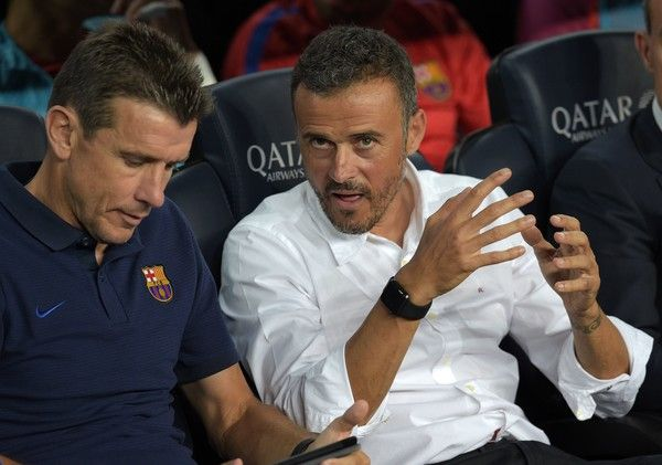 Barcelona's coach Luis Enrique (R) talks with Barcelona's goalkeepers' coach Juan Carlos Unzue before the Spanish league football match FC Barcelona vs Deportivo Alaves at the Camp Nou stadium in Barcelona on September 10, 2016. / AFP / LLUIS GENE