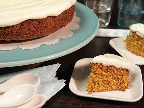 Morotskaka smaksatt med kokos. Toppas med en frosting gjord på cream cheese. Perfekta kakan att servera på eftermiddagsfikat.