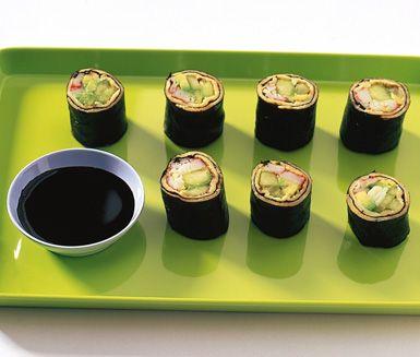 Evas pannkaks-sushi är ett modernt och spännande alternativ till vanlig sushi. På pannkakan läggs surimi sticks, gurka och avokado och efter rullningen serveras pannkaks-sushin med japansk soja, wasabi och inlagd ingefära.