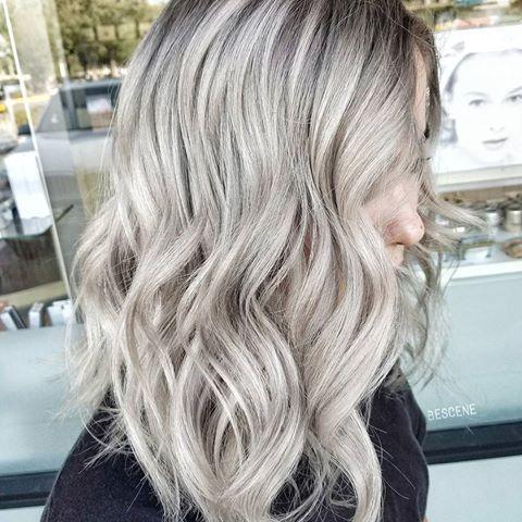 Dimensionale Beige / Ash Blonde.  Willen jullie meer natuurlijke kleuren en formules te zien?  Ik gebruikte al @schwarzkopfusa voor deze look.  Verlichten met #Blondme 30 vol.  met @brazilianbondbuilder # b3 toegevoegd.  BASE: 4-13,5-12, 0-22 Beige: 9.5-49,9-0, 0-11 Ash: 9,5-1, 9-1, 2g E-1, 2 g 0-22 allemaal met 7vol.  en # b3 toegevoegd!  VEEL PLEZIER!   #BESCENE