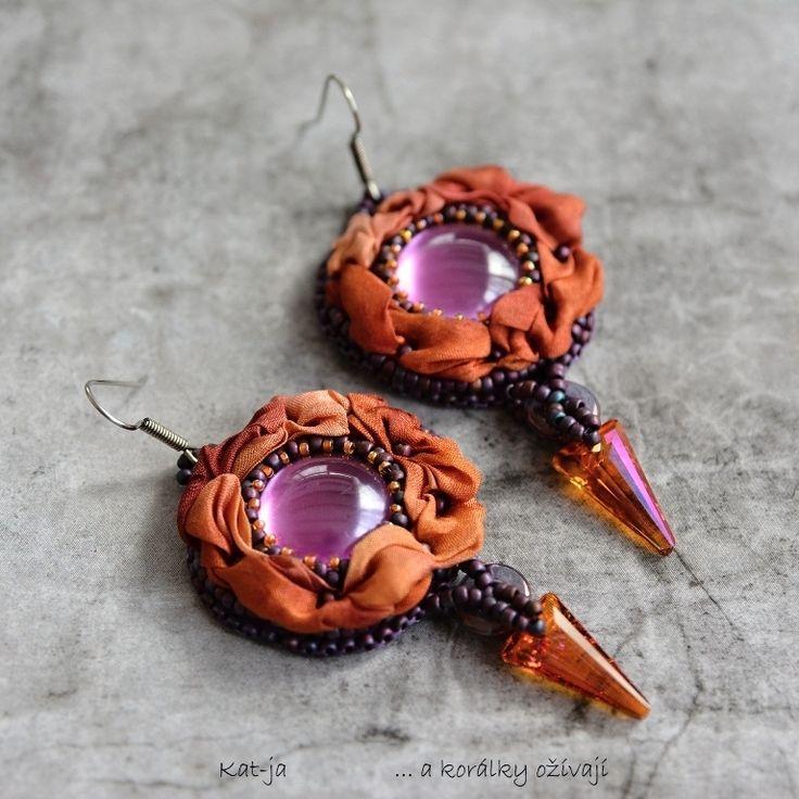 Purple+Orange+Luxusní+náušnice+snoubí+techniky+korálkové+výšivky+-+beadembroidery+a+práci+s+hedvábím+(včetně+vlastního+barvení),+díky+kterému+jsou+náušnice+krásně+plastické+a+vždy+jen+v+jediném+provedení.+Vynikají+i+díky+nezvyklím+přívěskům+-+Spikům+z+dílny+Swarovski.+Zadní+strana+je+začištěná+ultrasuede.+Rozměry:+celková+délka+náušnic+je+6,5+cm,...