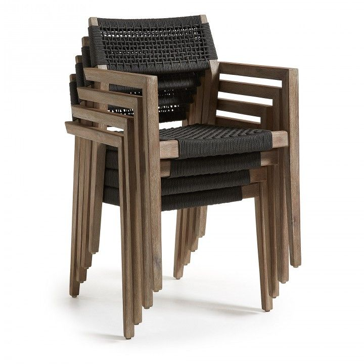 Chaise avec accoudoir. Structure en acacia massif. Traitement Nano Oil PNZ pour longue durée et protection UV. Siège et dossier en corde de polyester résistant aux rayons UV. Pour usage intérieur et extérieur alfresco.