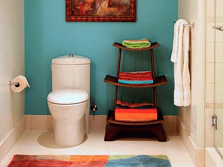 Ideen für kleine Badezimmer Umarbeitungen mit schmalen Marine-Blau-Farbe Wand und Motive hinter dunklen Holz Highrise Lagerung in der Nähe von Short-Handtuchhalter - 1001 Haus Deko Ideen