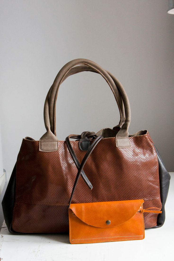 Czekoladowa torba typu bowler bag i pomarańczowy portfel. Unikaty. #bowlerbag #leather #wallet