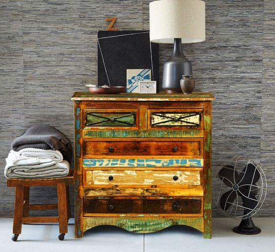 Od zawsze lubisz styl retro i chciałabyś przenieść go na swoje wnętrze? Meble Vintage to urzeczywistnienie Twoich pragnień, wyraź je już dziś! Przedstawiamy drewnianą komodę w postarzanym stylu! Wyposażona w trzy duże oraz dwie małe szuflady pozwoli, aby w Twoim domu zapanował porządek.