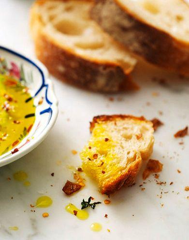 Intenso o delicato? Cosa preferite su una fetta di pane caldo? #vieniamangiareinpuglia #olio #frantoiomuraglia #food pane e olio  by alexandra rowley