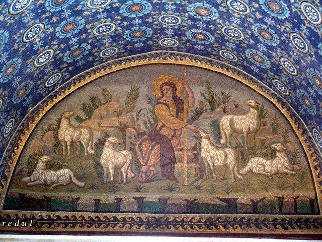 Mausoleo de Gala Placidia. Roma, siglo V. Mosaico que representa a Jesucristo como el Buen Pastor, joven, sin barba y con el pelo ondulado. Está situado sobre la puerta de entrada.