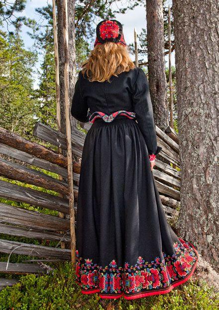 Norwegian folk dress | kryllingbunad, buskerud