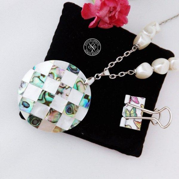 Gyöngyös nyaklánc pávakagyló medállal Megvásárolható a webáruházban, itt: http://kerekecskegombocska.com/termek/gyongyos-nyaklanc-pavakagylo-medallal/