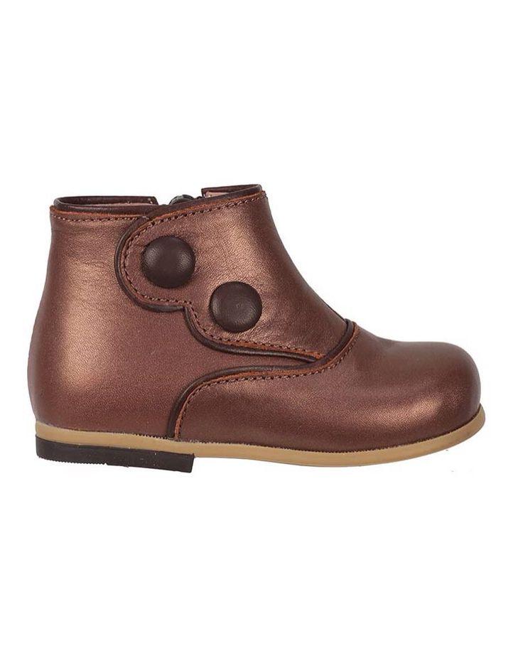 Bebbini Bronz Kahve Deri Fermuarlı Kız Çocuk Botu 189.90 TL 21-22-23-24-25 numaralar  Bebbini modelleri yüksek kalite hakiki dana/keçi derisi kullanılarak %100 el işçiliği ile üretilmektedir.  Modellerimiz bebek/çocuk ayak anatomisine uygun olarak hazırlanmaktadır.  Ayakkabılarımızın topuk bölümünde kullanılan yumuşak topuk pedi çocukların yumuşak bir zemine basarak ayaklarının rahat etmesini sağlamaktadır.  Ürünlerimizde domuz derisi ya da suni malzeme kesinlikle kullanılmamaktadır…