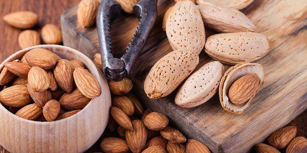 Mandorle: un alimento buono, sano e ricco di proprietà. Ma quante bisogna mangiarne? E cosa succede al corpo se si assume il giusto quantitativo di mandorle ogni giorno?