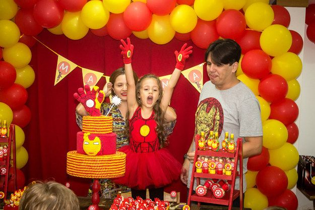 About the planning and decorations for the party, Renata says that they decided to opt for something more playful and child-friendly, with only a few images of Iron Man himself and mixing in female characters.