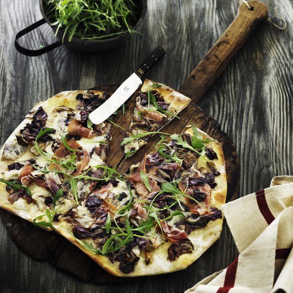 Pizza med gorgonzola, radicchio og parmaskinke