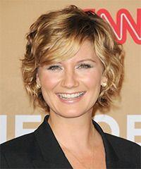 Jennifer Nettles kurze gewellte formale Frisur mit seitlichem Pony – goldene blonde Haarfarbe