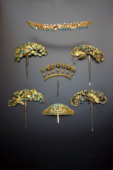 SIX LARGE CHINESE GILT METAL AND KINGFISHER FEATHER HAIRPINS QING DYNASTY Each formed with elaborate layers depicting flowers, foliage, vases and insects, together with a headband decorated with butterflies and flowers, 22.4cm max. (7) Provenance: a private collection, London.