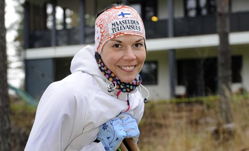 Maastohiihtäjä ja harmonikansoittaja Mona-Liisa Malvalehto sijoittaa pitkäjänteisesti, riskiä kaihtaen. Paras sijoitus on oma koti, jossa perhe viihtyy.