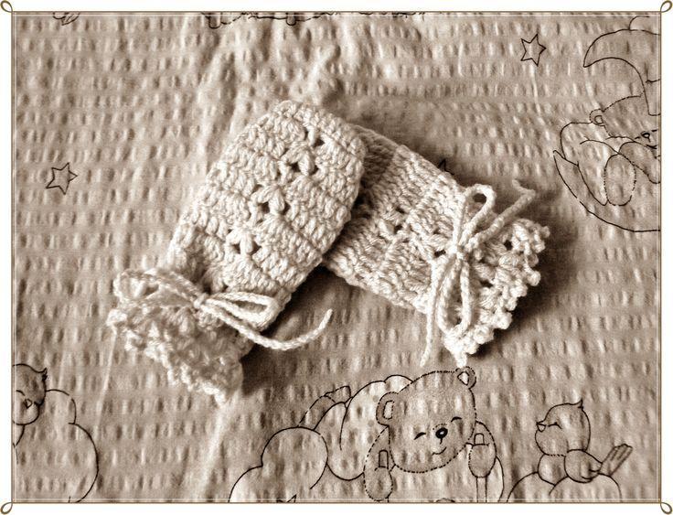 Creamy crochet gloves.