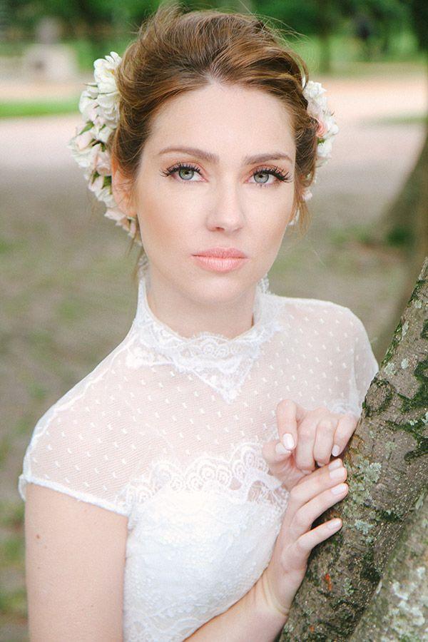 Penteado de noiva - coque com flores naturais - casamento no campo ( Beleza: Cris Moreno   Foto: Lorena de Paula )