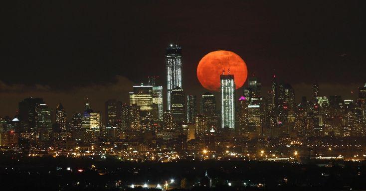 Lua cheia aparece no horizonte de Manhattan. Gary Hershorn/Reuters
