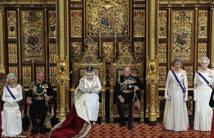 Nemen hun zetels: Als troonopvolger, prins Charles en de hertogin van Cornwall nam iets lager plaatsen dan de koningin en prins Phillip, terwijl de dames in het wachten stond