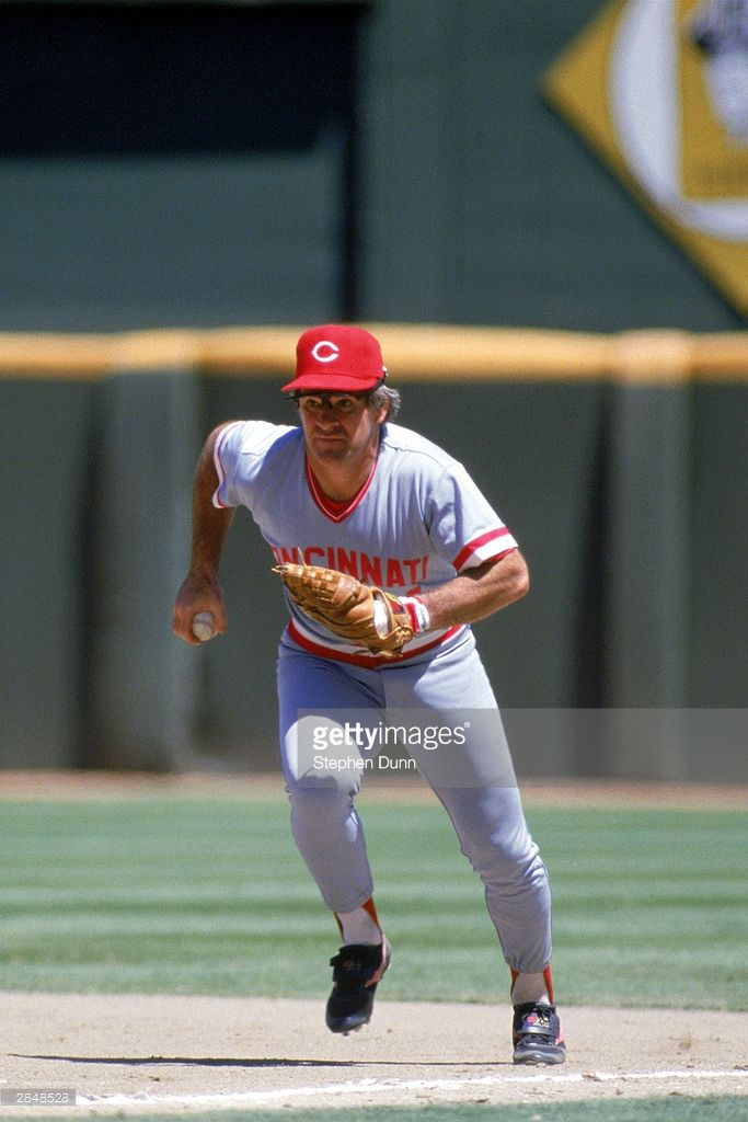 News Photo : Pete Rose of the Cincinnati Reds runs with the...