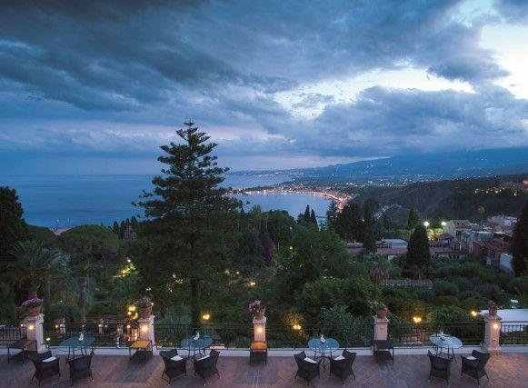 Per l'aperitivo sulla terrazza del Grand Hotel Timeo, un must è l'Etna Spritz, con base Champagne, Amara rossa (amaro a base di arancia rossa), Bitter Campari e Soda. Oppure Arancini