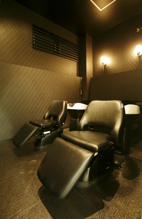 Beauty salon interior design ideas | + hair + space + decor + designs + Tokyo + Japan | Follow us on https://www.facebook.com/TracksGroup <<<【assembly シャンプーエリア】落ち着いた照明でリラックスできるシャンプースペース。 美容室 内装