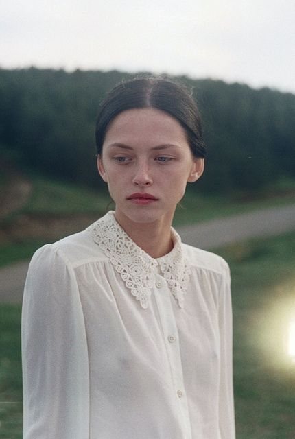 White blouse, (romantic collar). Luonnonvalkoiset kauluspaidat, yleensä pelkistettyinä, mut hämyt tai romanttiset kaulukset joo.