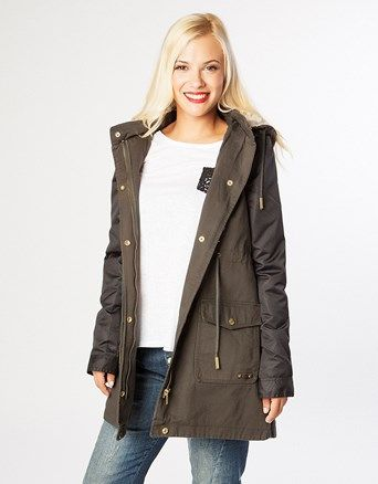 Parka jacket, longsleeve, with detachable hoodie, front and side pockets, cord on the waist and zip/buttons closure.