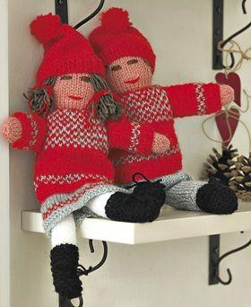 Nisseparret er nemt at strikke. Alle dele til både krop og tøj strikkes på to pinde og sys sammen