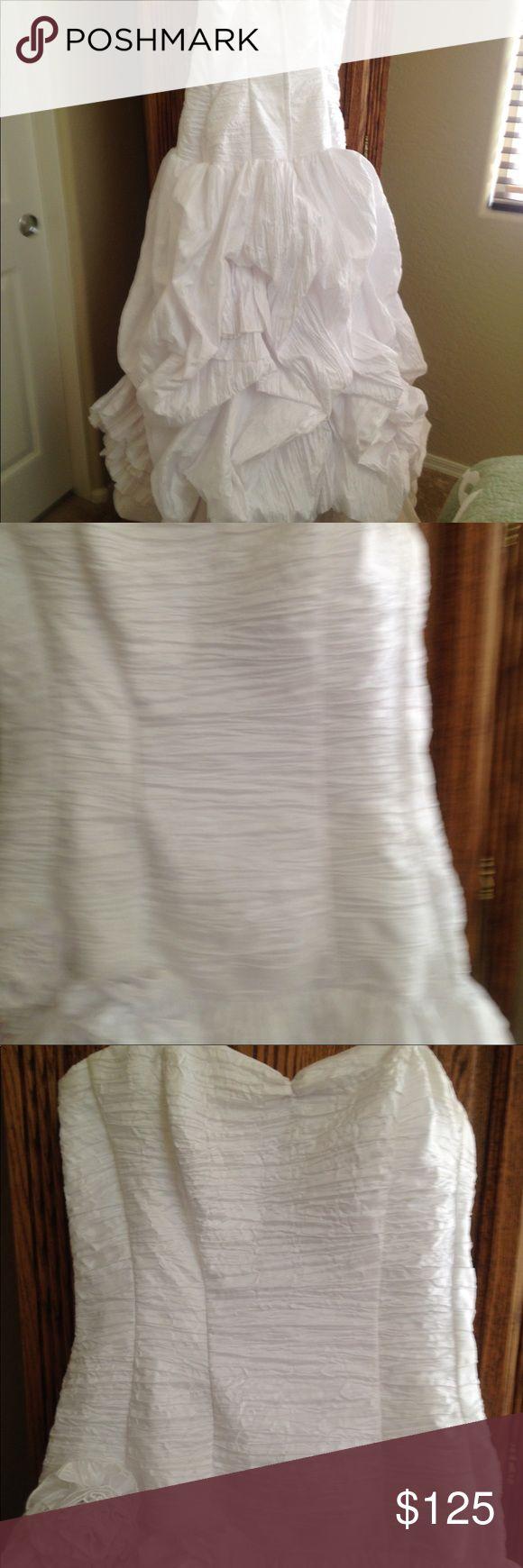 Wedding dress Jessica McClintock wedding dress. Crinkle taffeta. Rushed corset bodice, deep waist. Long full lifted bubble skirt with large flower Jessica McClintock Dresses Wedding