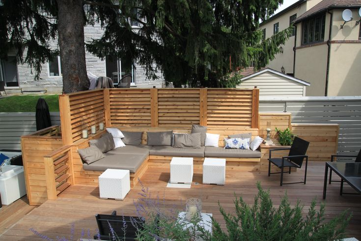Am nagement d 39 une terrasse de bois avec crans en bois de for Decoration patio exterieur
